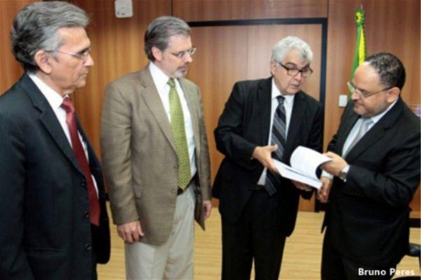 Drs. Dioclécio Campos Jr., Hazen Ham, Eduardo Vaz e o ministro Henrique Paim Foto: Bruno Peres.